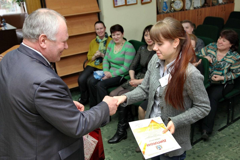 Вручение диплома победителю олимпиады Факультет технологии и дизайна Вручение диплома победителю олимпиады